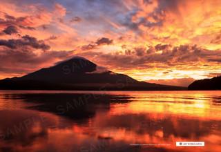 夕焼けの山中湖と富士山