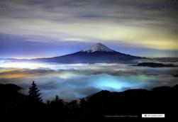 雲海と富士山の夜景
