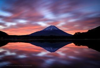 湖面に反映する朝焼けの富士山