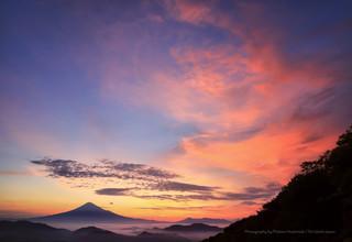 朝焼けの広がる雲海と富士山