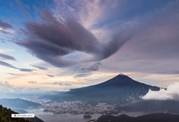 新道峠から望む富士山と河口湖