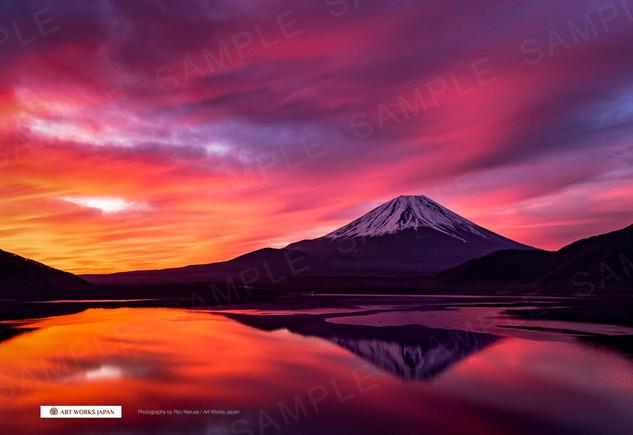 朝焼けの本栖湖と富士山