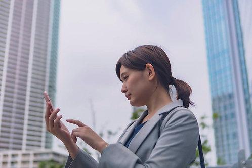 スマホを操作する女性・ビジネス