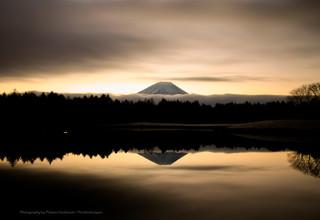 幻想的な湖面に反映する富士山