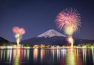 河口湖に上がる花火と富士山