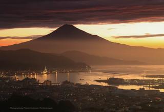 朝焼けの清水港の街並みと富士山