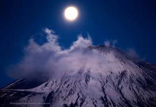 富士山山頂と満月