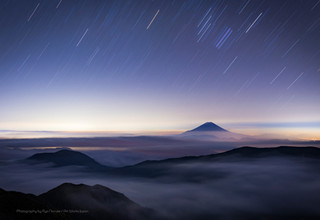 雲海に浮かぶ富士山と星空