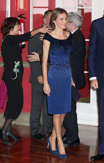 mujeres-vestidas-azul-royal-7.jpg