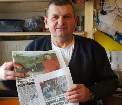 Cazim M. hat in seinem Zimmer in der Asylunterkunft deutsche und bosnische Zeitungsartikel zum Fall von Bettina gesammelt. (Bild: Mara Kutzner)