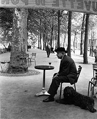 Robert Doisneau : Jacques Prévert au guéridon (1955)