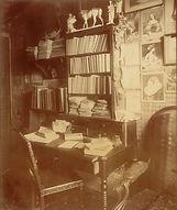 Chez Eugène Atget, salon, 17 bis rue Campagne-Première, 14e arr., Paris, 1910 - Musée Carnavalet, Paris | Le Musée Virtuel du Vin - The Virtual Wine Museum