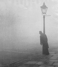 Bill Brandt : Ivrogne s'appuyant contre un lampadaire, un jour de brouillards à l'aube, Londres(1934)