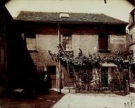 Eugène Atget, Dernière vigne de Montmartre, angle de la rue Norvins et de la place du Tertre, 18e arr., 1922 - Musée Carnavalet, Paris | Le Musée Virtuel du Vin - The Virtual Wine Museum