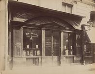 Eugène Atget, Boutique d'apothicaire, 14 rue Grammont, 2e arr., 1903/04 - Musée Carnavalet, Paris   Le Musée Virtuel du Vin - The Virtual Wine Museum