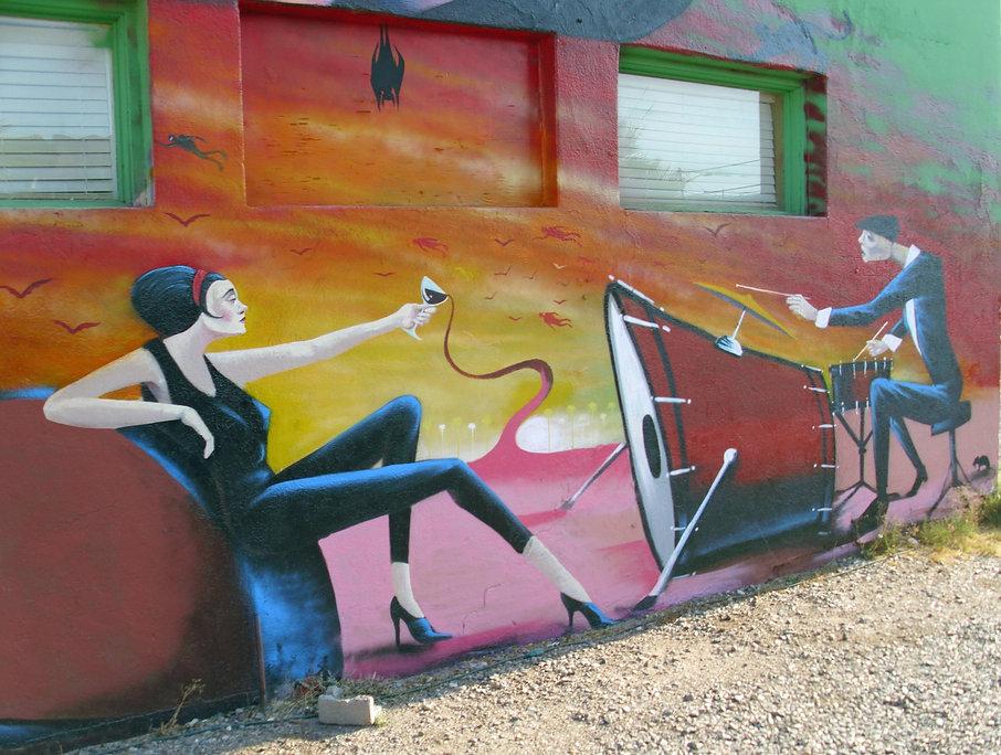 Jeune femme au verre de vin, batterie renversée et batteur - Phoenix, Arizona | Bacchus et le Vin | Graffiti | Street Art | Exposition virtuelle | Le Musée Virtuel du Vin