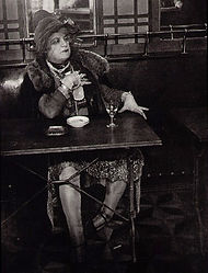 Brassaï : La Môme Bijou au Barde la lune, Montmartre (1933)