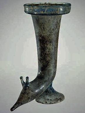 Rhyton orné d'une tête de limace - Corning Museum of Glass