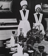 Bill Brandt : Le personnel est prêt à servir le dîner, nord de l'Angleterre(1936)