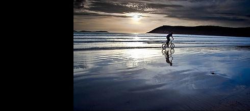 andando en bicicleta por la playa, espíritu de studio7bike