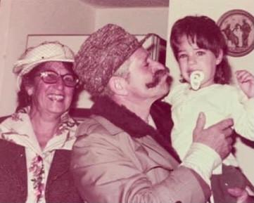 אני בתמונה עם סבא וסבתא שלי