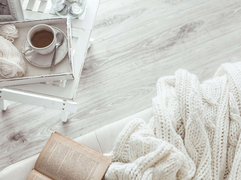 כוס קפה על שולחן ליד ספה בסלון בבית