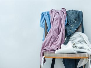 """מה עושים עם בגדים שלא """"התלכלכו"""" מספיק ועדיין לא הגיע זמנם לכביסה"""
