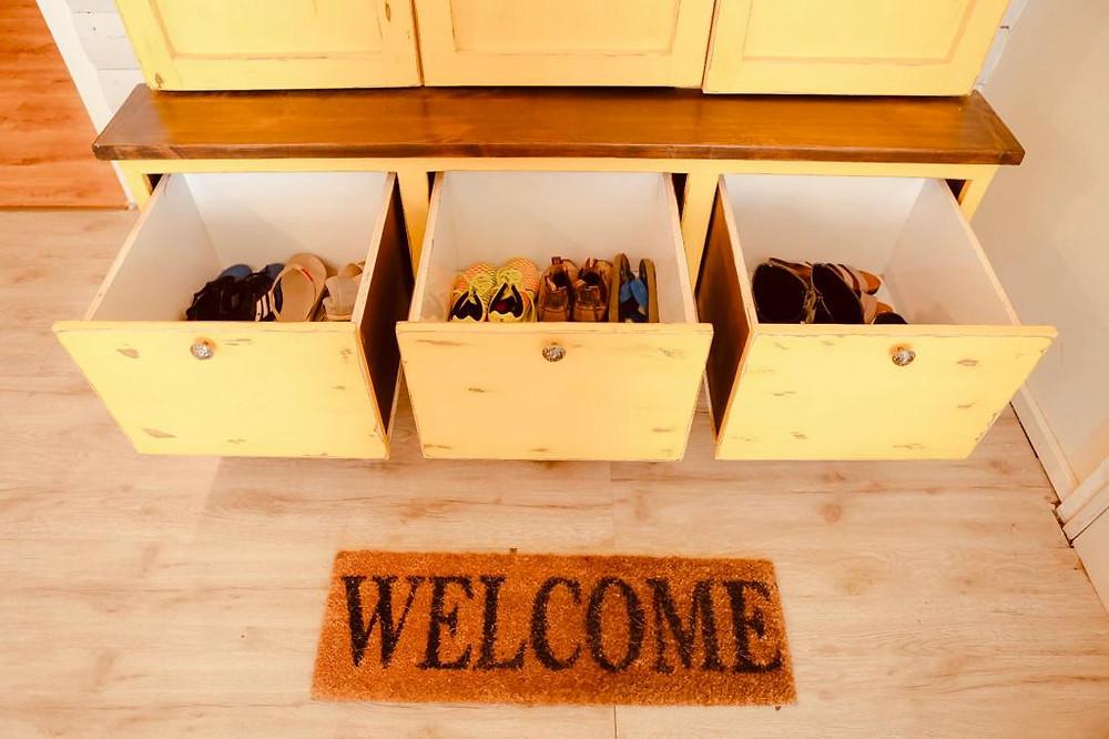 סיון גונן, יועצת לסדר וארגון בשיטת קון מארי היפנית, מסבירה שפתרונות אחסון כגון ארונות, לא יפתרו באמת את בעיית האחסון, העונס והבלגן בבית