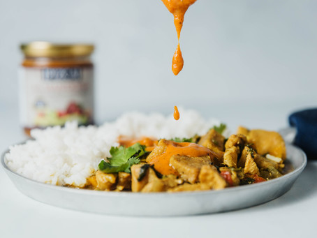 Pollo en curry amarillo con salsa de chiles