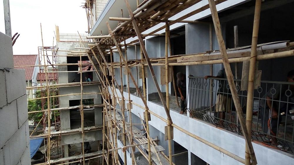 Pemasangan railing balkon dimulai dari lantai 3