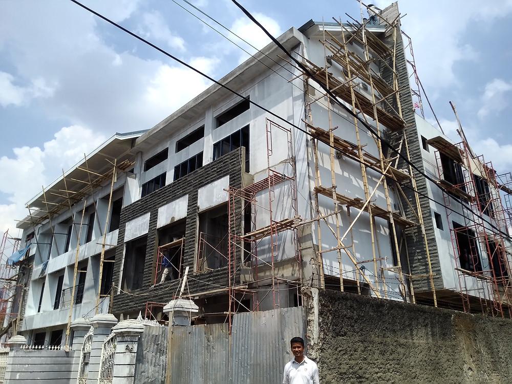 Kondisi bangunan pada pertengahan Januari 2016 dengan Arief sebagai skala orang.