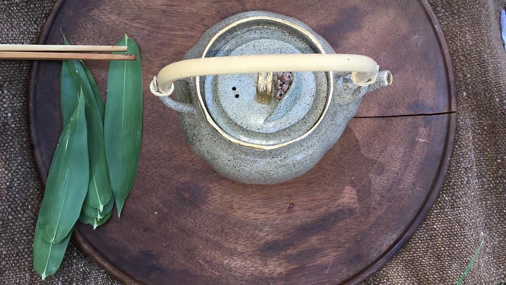 Om de zomer in te luiden en dit lesblok yoga af te sluiten: Heb je behoefte aan verstilling en ervaren van ruimte vanuit 2 oertradities door zachte oefeningen, meditatie en Japanse homemade tea. Voel je welkom. Samen met mijn lieve vriendin Haruka Matsuo verzorgen wij deze mooie meditatieve authentieke workshop: Meditation morning Begin de dag met een meditatief moment voor jezelf: een uitgebreide yogales door Sanny Bijvoet en aansluitend een authentiek Japanse theeceremonie door Haruka Matsuo. Yoga en Japanse theeceremonie zijn beide een vorm van meditatie. Sanny geeft al mee dan 10 jaar yogales vanuit Saswitha Hatha Yoga en Kashmir Yoga traditie. Zachtheid, verstilling en eenvoudig staan centraal in haar lessen. De les zal bestaan uit meditatieve oefeningen en eindigen met een ontspanning waarbij Sanny je neerlegt. Haruka verzorgt na deze les een bijzondere Japanse theeceremonie met echte 'Gyokuro' theeblaadjes. Zij heeft deze cultuur vanuit huis meegekregen waar zij opgroeide in de groene bergen, uitkijkend over de theeplantages. Momenteel geeft zij workshops Japanse theepot maken met origineel houten mallen in binnen –en buitenland. Daarnaast is zij autonoom kunstenares; zij studeerde af aan de Rietveld Academie in Amsterdam 2004.