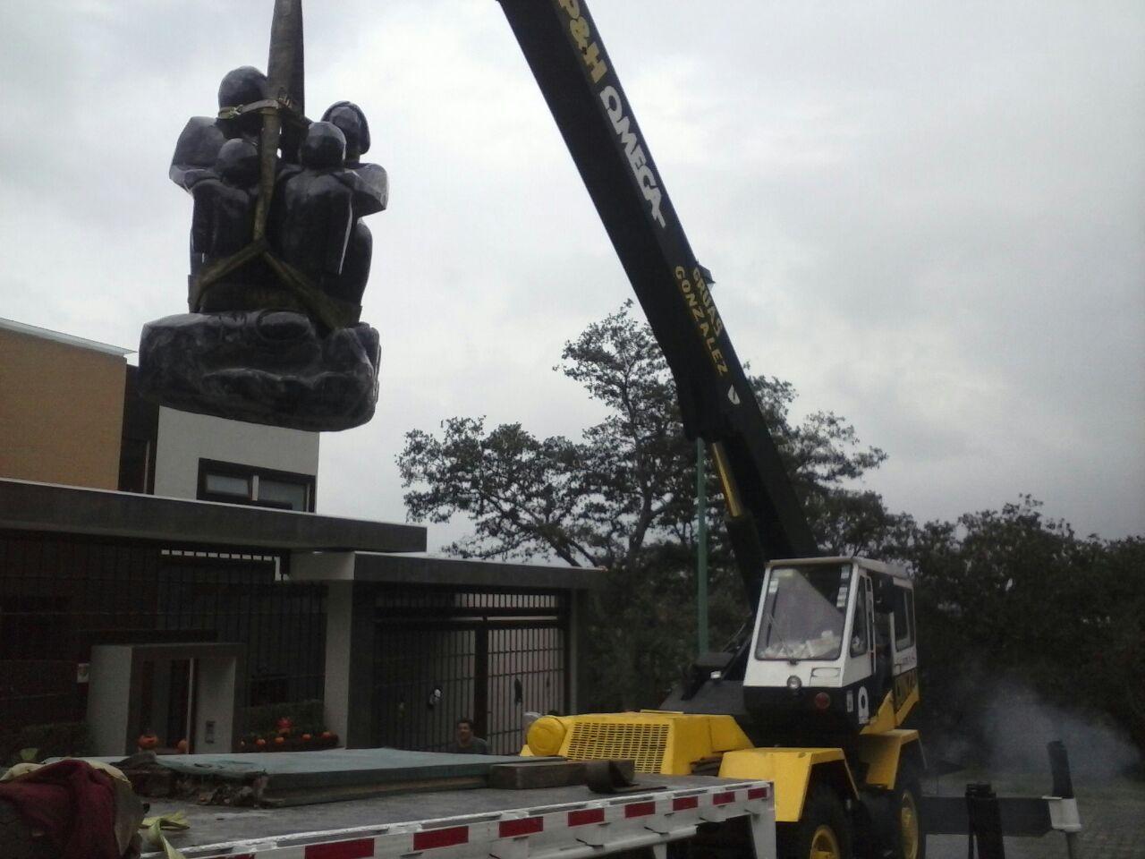 grua para montaje de estatua