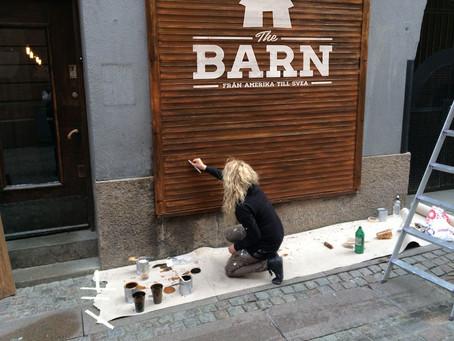 Metall-jalusi målas om till träplankor på The BARN.
