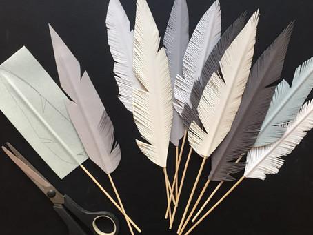 Påskpyssel – Så här kan man göra pappersfjädrar.