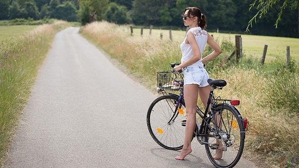 Devushka-bosikom-na-velosipede.jpg