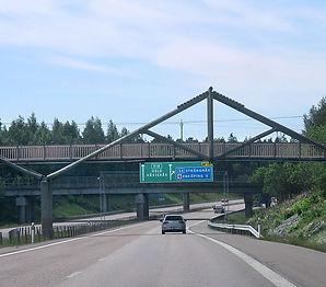 Gångbro_över_E18_vid_Enköping_0323.jpg