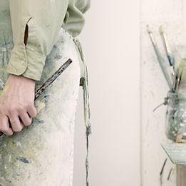 Artista que sostiene una brocha