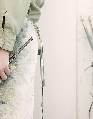 Artista segurando um pincel