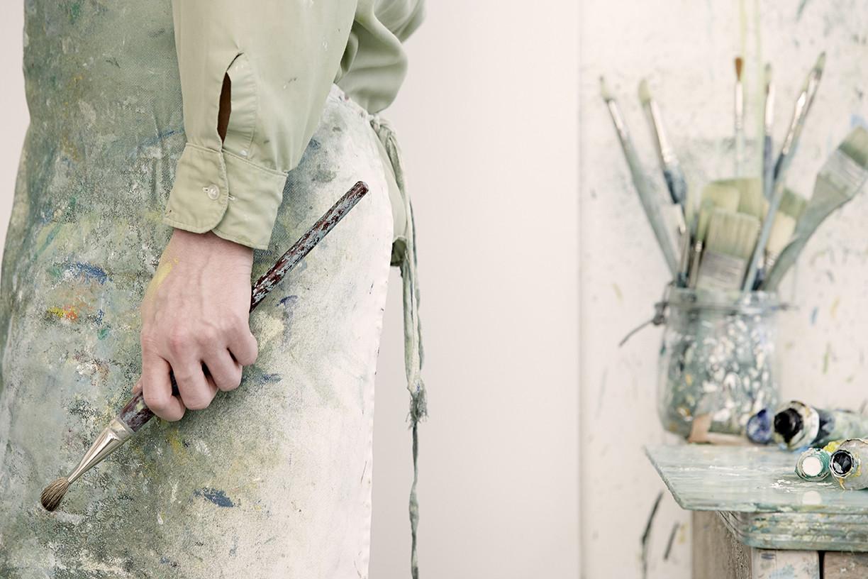 藝術家拿著畫筆