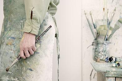 Artista che tiene un pennello