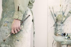 Kunstenaar die een penseel