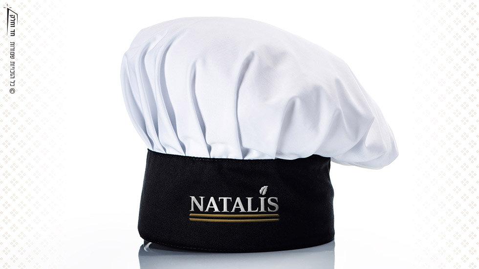 כובע שף ממותג עם לוגו לקונדיטוריית נטליס