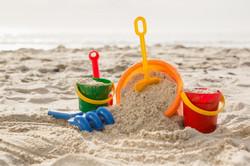 trois-seaux-sable-pelle-plage_1252-520