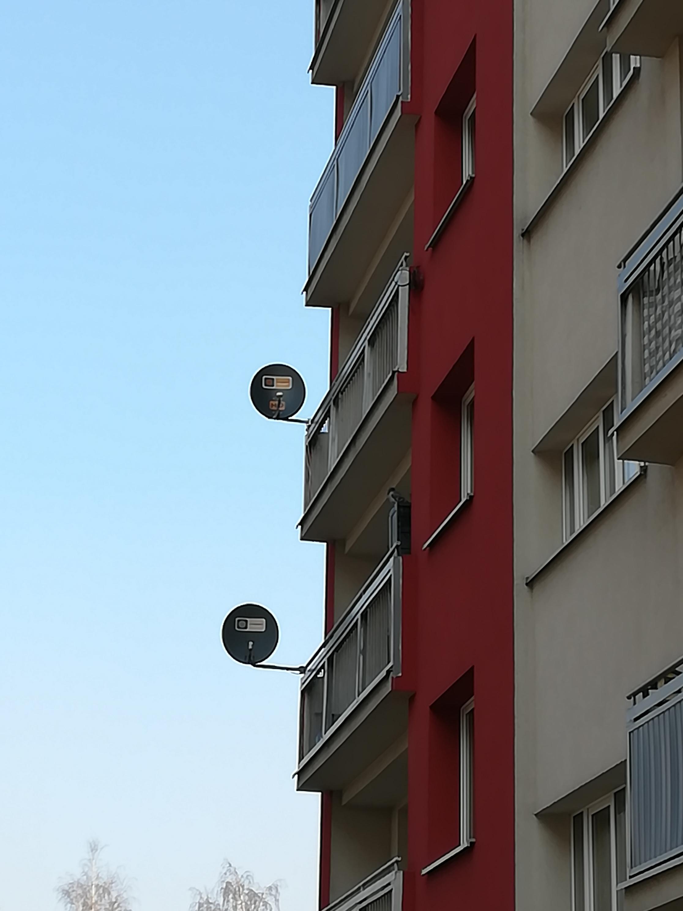 Dwie anteny satelitarne