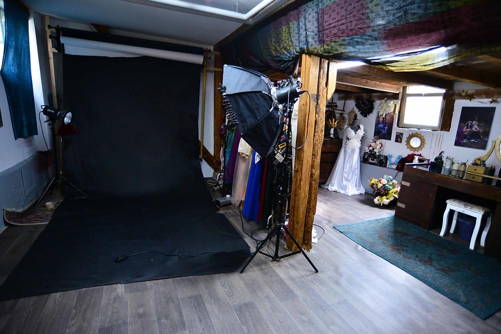 Hier werden die Studio Shootings vor einfachem Hintergrund umgesetzt. Für bestimmte Themen baue ich  auch schöne Sets auf zB. für ein Orientshooting :)