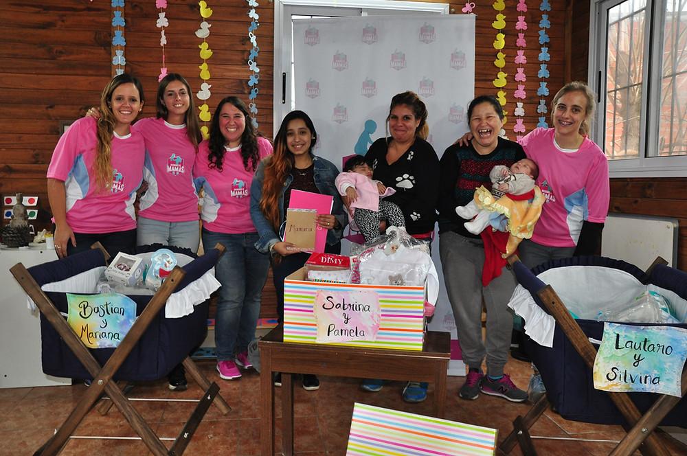Celeste junto a las voluntarias y mamás, en la primera entrega de cunas de este año.
