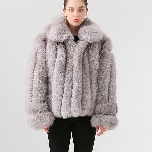 Abrigo corto de zorro con cuellos y manguitos