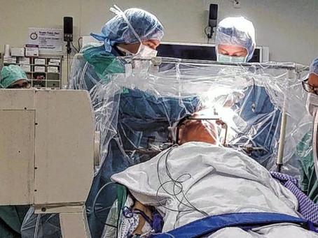 A primeira cirurgia cerebral profunda do mundo usando hipnose cura as mãos trêmulas de idoso
