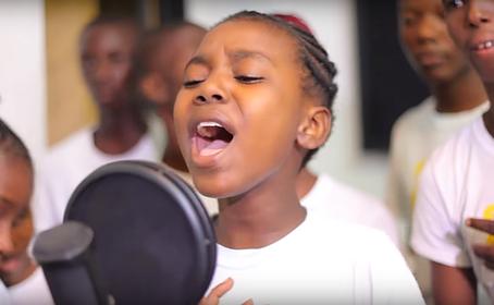 """Des enfants chantent """"We are the world"""" en Créole haïtien"""